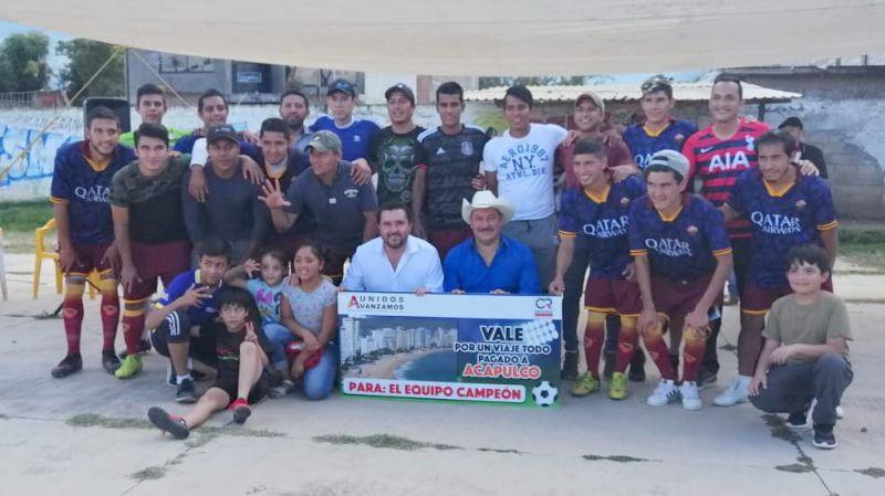Entrega de un vale por un viaje todo pagado a Acapulco, Guerrero a equipo campeón de fútbool