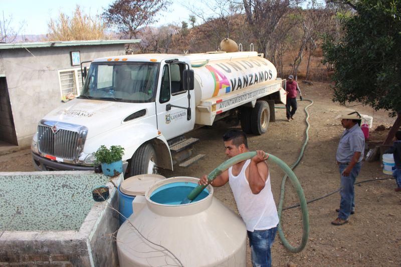 Entrega de agua a las comunidades del municipio de Luvianos