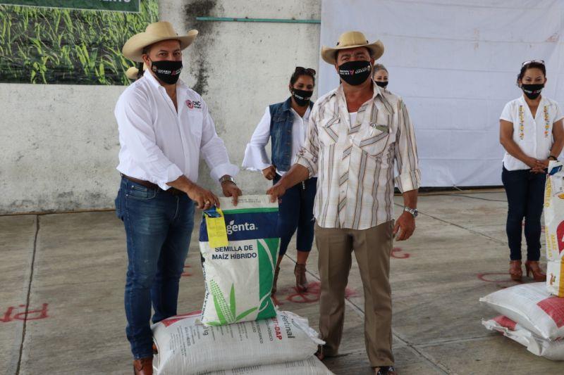 Entrega de Fertilizante y Semilla Mejorada a Agricultores de Alta Productividad.