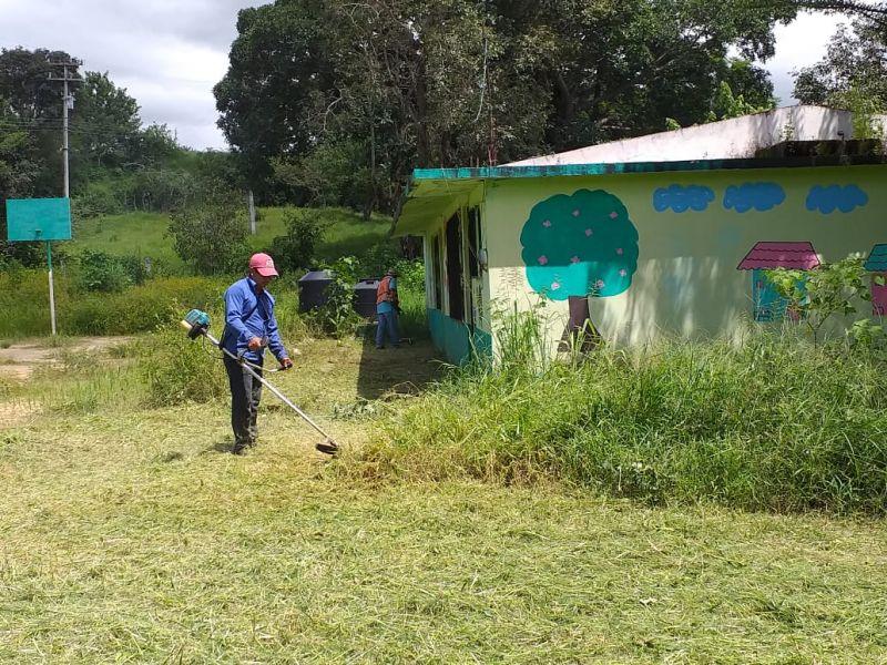 Faena de Limpieza en La Primaria Emiliano Zapata de la Comunidad de San José Estancia Grande.